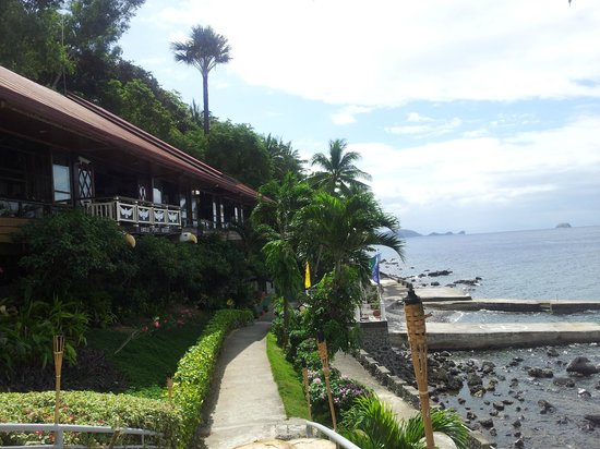 Eagle Point Resort: View of the restaurant and heading towards the cottages