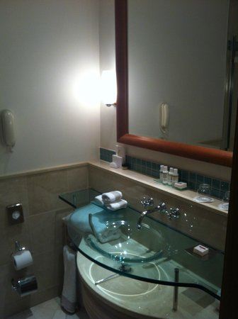 Jumeirah Carlton Tower: Bathroom