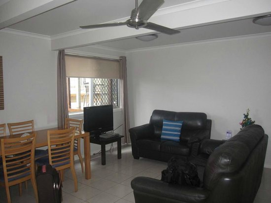 Airlie Apartments: spacious living area