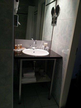 Hampshire Hotel - 108 Meerdervoort Den Haag : Bathroom basin