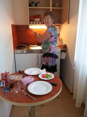 Hommiku Hostel & Guest House : Kitchenette being put to good use