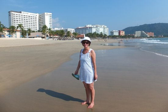 Sunscape Dorado Pacifico Ixtapa: Wonderfull 2 mile long beach, great for walking.