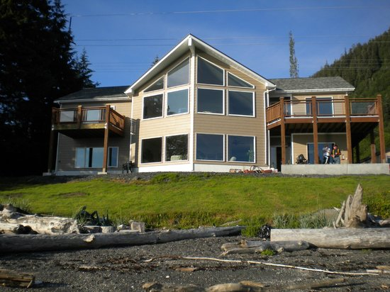 Grand View Bed and Breakfast: Looking at the B&B from the beach front.