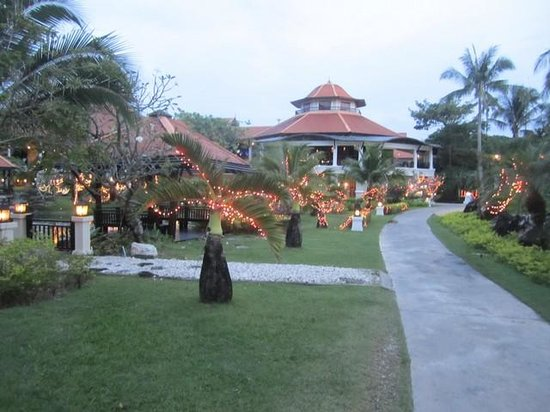Rawi Warin Resort & Spa: walkways and landscape