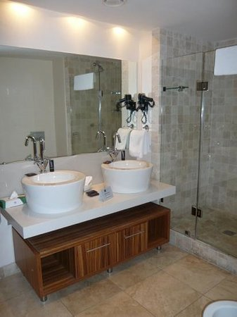 Mandela Rhodes Place Hotel & Spa: one of three bathrooms