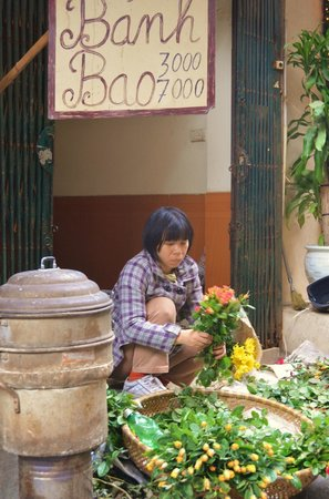 Calypso Suites Hotel: Street scene: Flower vendor right outside the hotel entrance