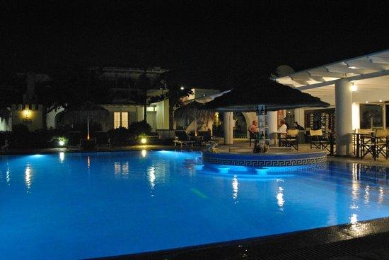 Mediterranean Beach Palace: Vue de la piscine le soir