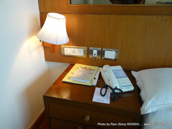 Floatel Hotel: Desk area beside bed