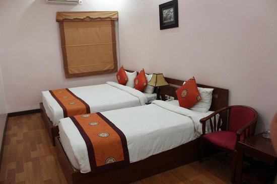 Hanoi Rendezvous Hotel: Beds were average - pillow was lumpy
