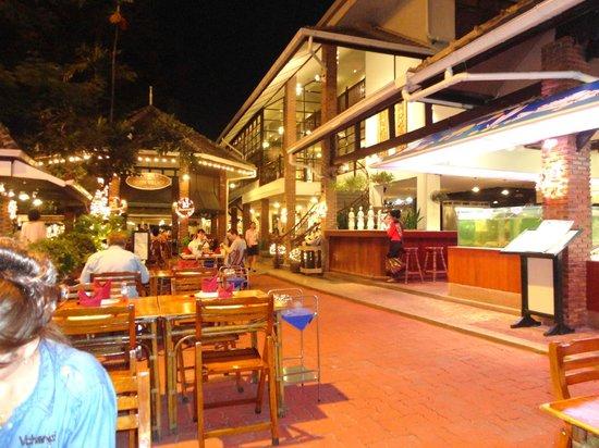 Silom Village Inn: บรรยากาศที่รัปประทานอาหารเย็นในบริเวณโรงแรม