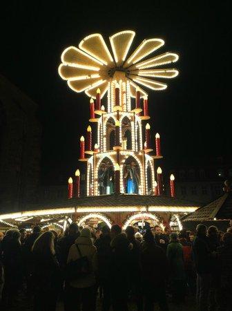Marktplatz: 夜のマルクト広場とクリスマスピラミッド