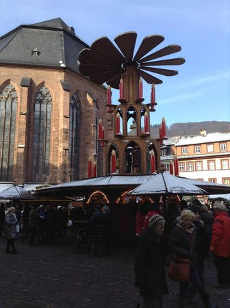Heidelberg, Germany: 昼のマルクト広場とクリスマスピラミッド