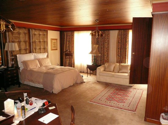 House of Pharaohs Boutique Guesthouse & Conference Centre: One half of the bedroom - huge!
