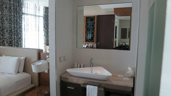 Hotel H2O: Wash basin in the bedroom - a desperate design move for a spacious feel?