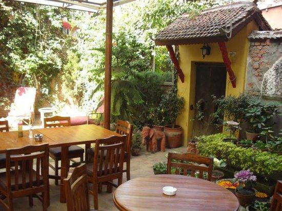 Ambassador Garden Home: Longe cum Dining Area