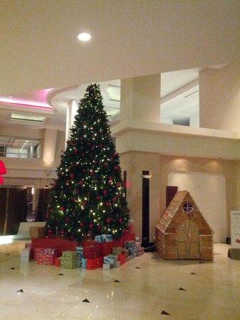 Swissotel Sydney: Christmas tree at lobby on level 7
