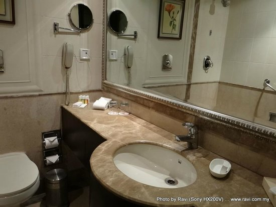 Ramada Plaza JHV Varanasi: Wow ... such a nice bathroom