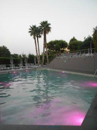 Sofitel Marseille Vieux-Port: le bassin euh la piscine belle vue + jeux de lumières