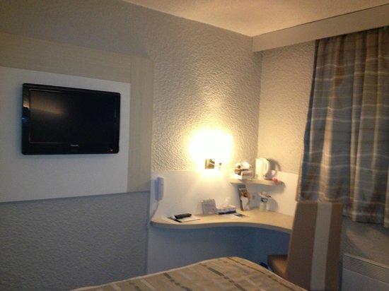 Idee Salle De Bain En Pierre :  Auxerre  Appoigny Chambre côté Hôtel la télé le coin bureau