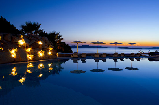 Mykonos Grand Hotel & Resort : Pool area during sunset