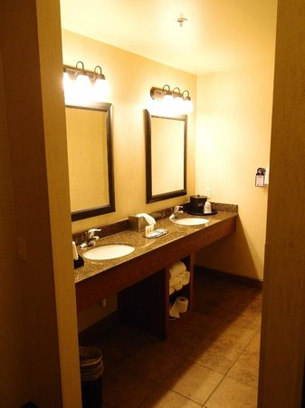 BEST WESTERN PLUS Bryce Canyon Grand Hotel: Bathroom with a lot of storage space next to the sinks