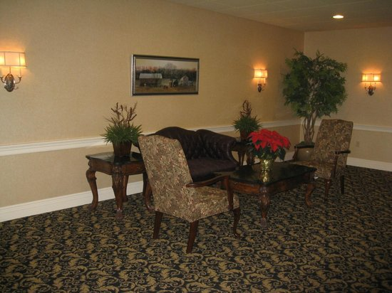 AmishView Inn & Suites: lounge area on way to pool