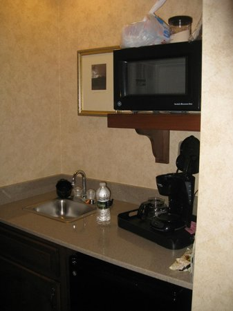 AmishView Inn & Suites: kitchen area in room