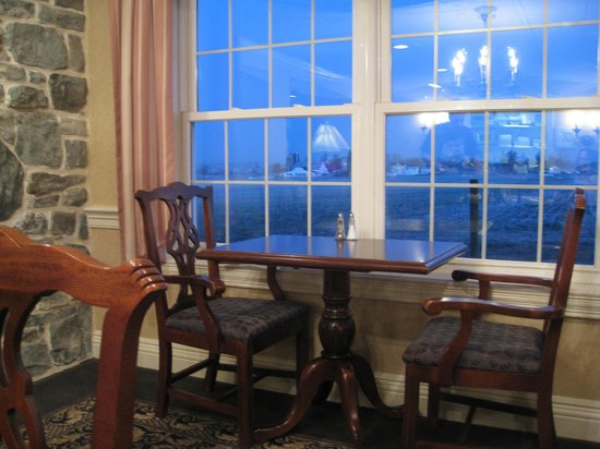 AmishView Inn & Suites: dining area (looking out to farms)