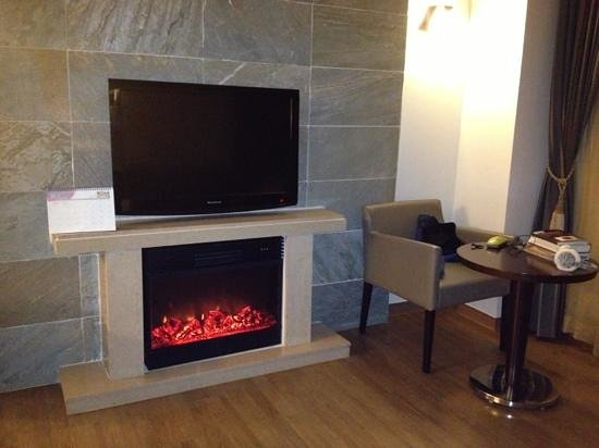 Holiday Inn and Suites Alpensia Pyeongchang Suite: electric fireplace in our suite