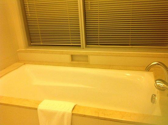Jasmine Resort Hotel: baignoire