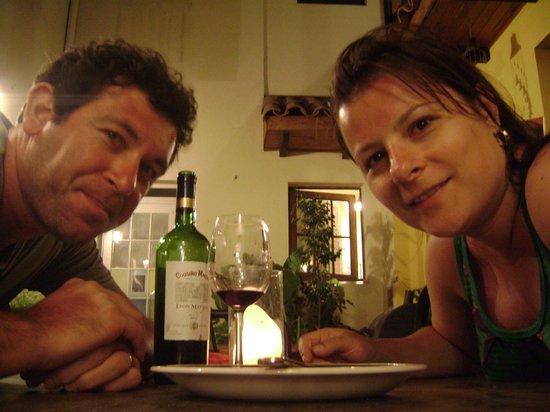 Hostal Rio Amazonas Barrio Brasil: Queijo e vinho no pátio do hostal