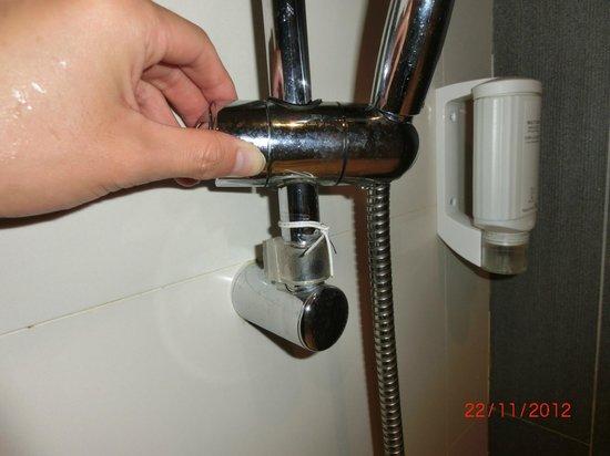 Citadines Ashley Hongkong: shower head adjustment (broken)