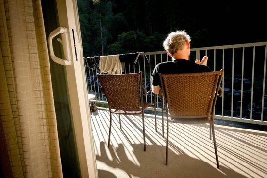 يوسميتي فيو لودج: View from the room onto the balcony and Merced River 