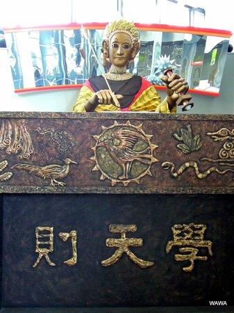 Osaka Science Museum : 昔のロボット「学天則」