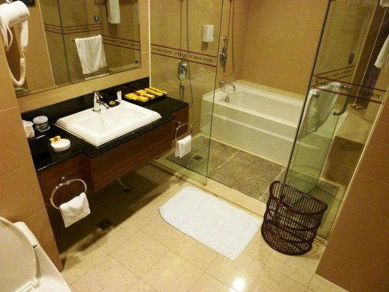 Zijing Hotel: Bathroom, with bath & shower