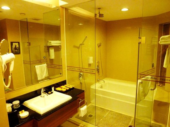 Zijing Hotel : Bathroom, with bath & 'rain' shower