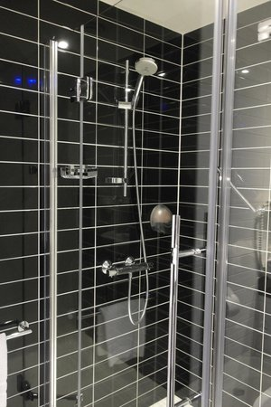 Holiday Inn Express Amsterdam-Sloterdijk Station: waslk-in shower