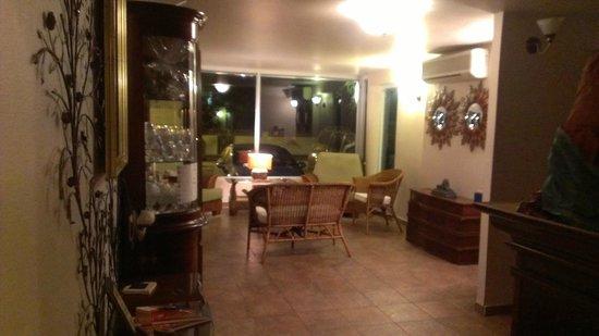 Oceana Hostal Playero: Seating area in lobby