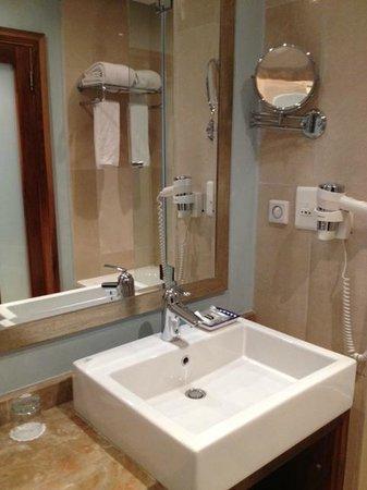 Mövenpick Hotel Ramallah: bath