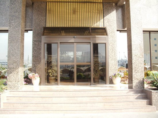 Hotel Al Madinah Holiday : The entrance of the hotel