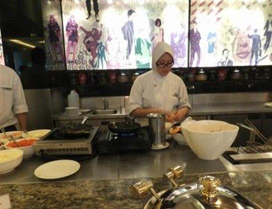 Concorde Hotel Kuala Lumpur: ビュッフェの従業員