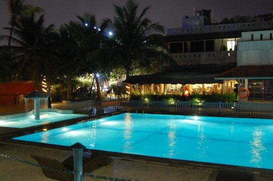 Palm Beach Hotel & Resort: Poolside