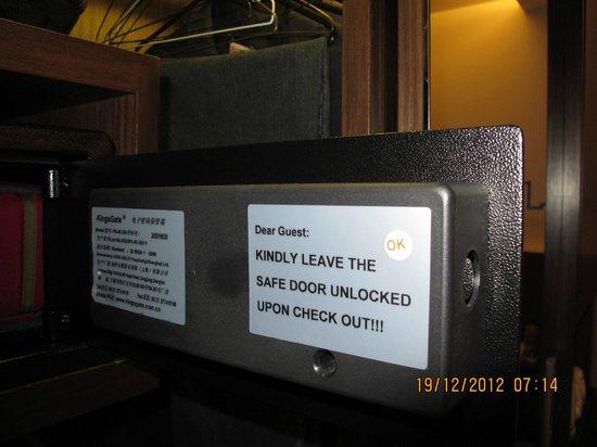 Galleria 10 Sukhumvit: room safe