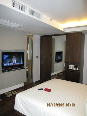 Galleria 10 Hotel Bangkok by Compass Hospitality: room closet