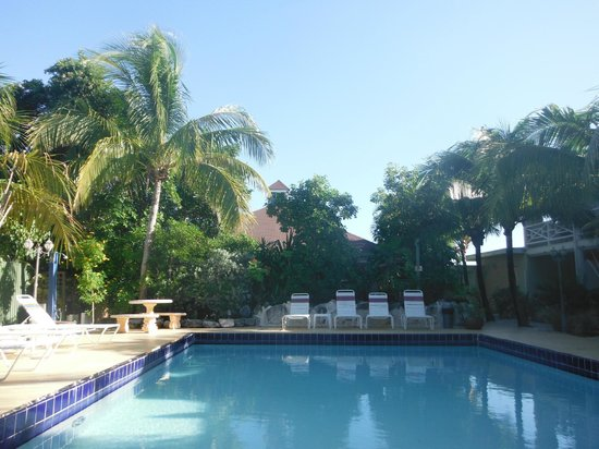 Caribbean Paradise Inn: poolside backing onto coyaba restaurant