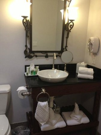 Villa Montes Hotel, an Ascend Collection Hotel: Well-stocked bathroom