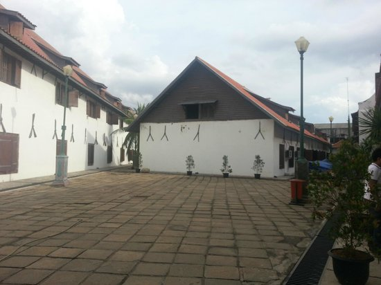 Maritime Museum (Museum Bahari): Courtyard inside the main museum area
