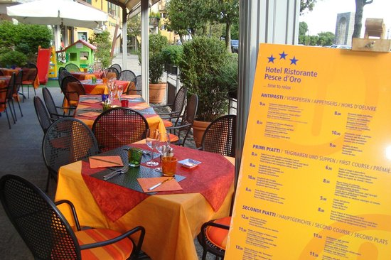 Hotel Pesce d'Oro: tavoli esterni