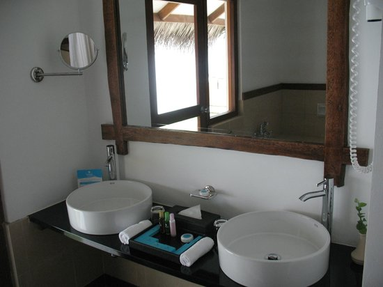 Kuramathi Island Resort: Deluxe beach villa with Jacuzzi
