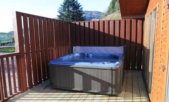 Hunters Quay Holiday Village : Hot tub